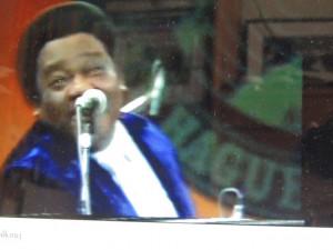 Voici Fats domino en concert  chantant d'un air malicieux