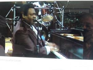Fats Domino chantant en s'accompagnant au piano