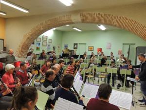 Les deux rangées de clarinettes 1 et 2; au fond de face à droite les  flûtes