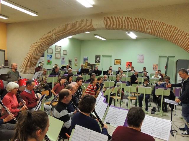 Les deux rangées de clarinettes 1 et 2; au fond de face à droite les  flûtes et les trompettes derrière