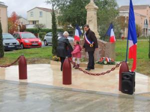 Dépôt de gerbe par les enfants de l'Ecole après celle de la municipalité et des anciens combattants