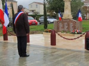 """Appel """"aux morts pour la France"""" par  le Maire M Delouvrié"""