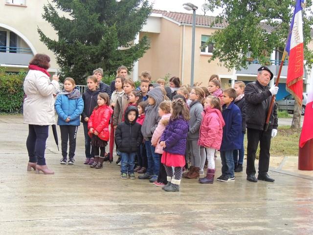 """La """"Marseillaise"""" chanté par les enfants sous la direction de la directrice de l'Ecole"""