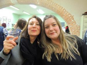 A gauche Elodie et se serrant  pour un coucou souriant: Aurore (comme deux sœurs!)