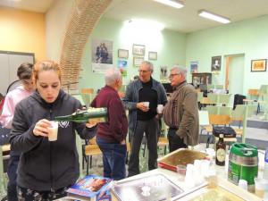 Sophie se sert à boire, derrière : Julien, Gérard Ortal et Daniel Delattre