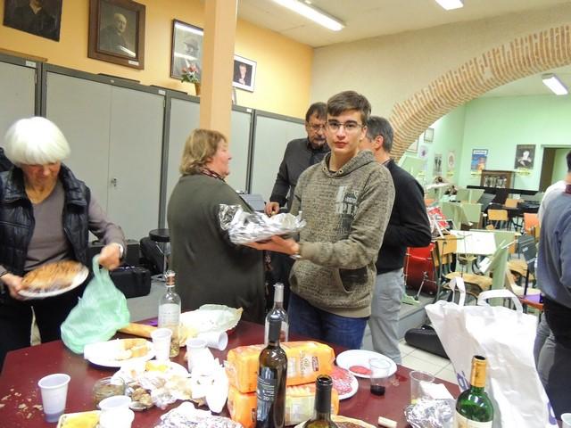"""A l'autre bout de la table, Marie Blanche s'occupe avec une tarte et à ma demande, Simon Payet nous montre le gâteau coupé en petits carrés, préparé par sa mère qui mérite toutes nos félicitations """"""""tellement il est bon!"""""""""""