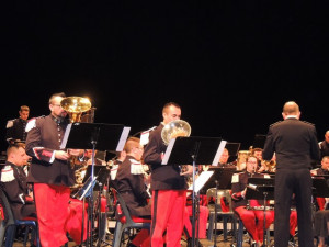 Deux musiciens se sont déplacé pour jouer un concerto pour Tuba.