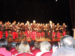 Le Chef de Musique Principal et son adjoint le Capitaine Vladimir Courda  et tous les musiciens de l'orchestre debouts vivement applaudis
