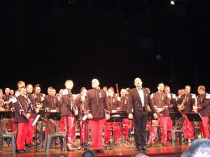 Le Chef, son adjoint et tous les musiciens debout remercient l'auditoire après l'hommage  musical rendu à Johnny
