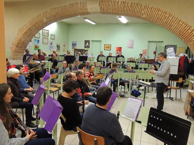 Vue d'ensemble des musiciens , Laurent faisant  un exposé sur l'avenir d'une salle adéquat au regard du nombre de musiciens  AGEN Orchestra