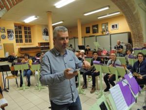 Laurent désigne les autres flûtes pour s'accorder
