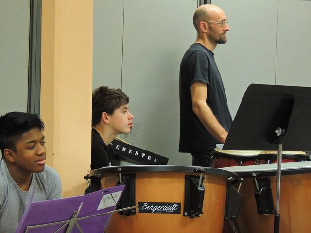 """La section """"batterie"""" suit du regard cet exercice! entre autre Jean-Baptiste, debout,  à droite."""