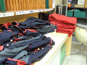 Les vestes et les pantalons empilés