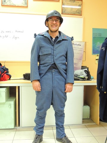 Jean-Michel s'est habillé en tambour (pantalon, vareuse et casque)