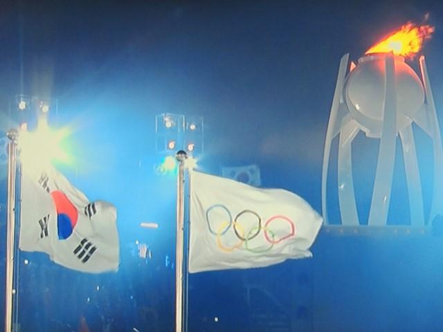 Les drapeaux Coréen et Olympique claquent dans le vent à PyeongChang