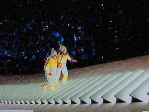 Les deux porteuses ensemble tiennent la flamme olympique