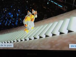 Elles montent sur ces marches qui se réduisent derrière elles jusqu'en haut