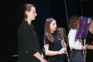 Cécile et Lucie tiennent bien la partition de Clarinette 3