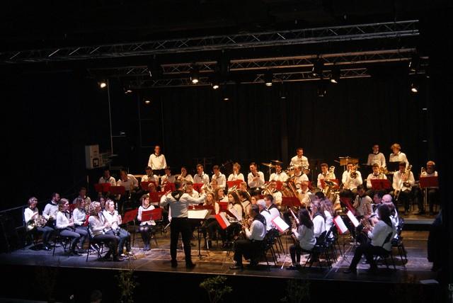 Une photo des musiciens en tenue pour le concert proprement-dit.