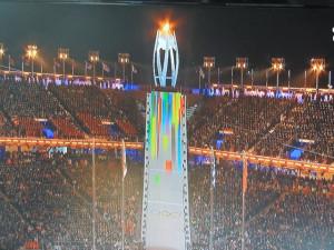 Les gradins noirs des athlètes ayant participé aux Jeux,la flamme est encore allumée!