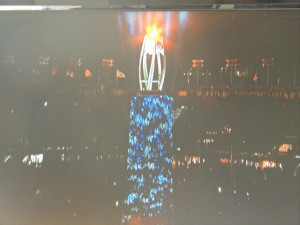 Illuminations changeantes du pylône supportant la sphère de la flamme