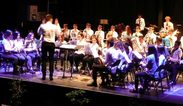 L'orchestre sous la direction de leur professeur