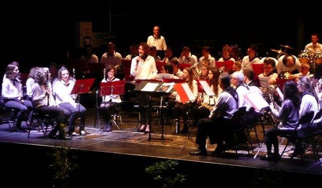 La première flûte prend la parole au nom des musiciens, pour remercier les professeurs de musique et les dirigeants qui s'occupent avec amour et dévouement des Elèves de l'Ecole de Musique de Mugron