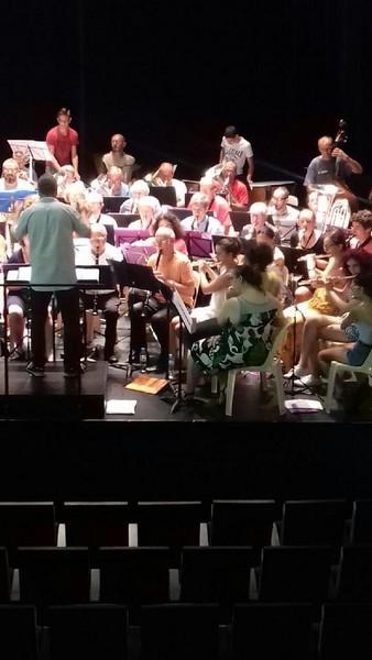 Les flûtes à droite les autres musiciens derrières : saxo Alto et cuivre au fond