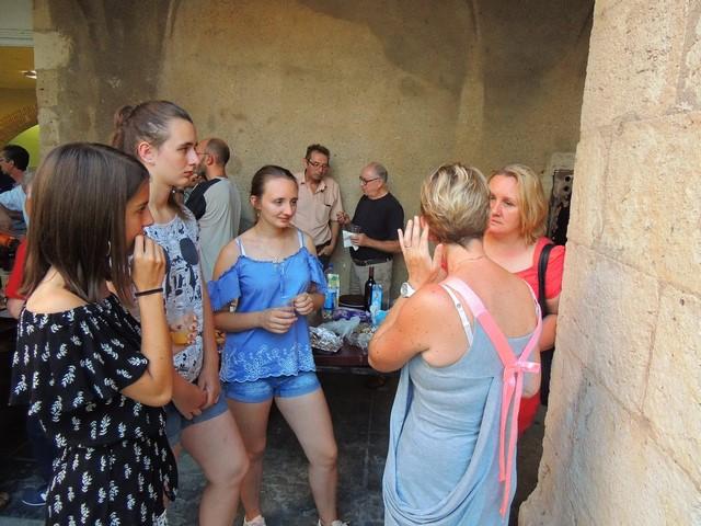 Lusia et ses filles Cécile et Jeanne écoutent Véronique, de dos.