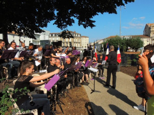 Les musiciens classent leurs feuilles de partitions suivant les directives du Chef Laurent Nani
