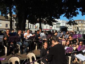Les musiciens s'occupent de leurs partitions, d'autres se mettent en place à l'ombre ou en plein soleil !!