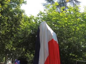 """Et juste en face des choristes, la statue """"La Marseillaise"""" attend d'être dévoilée de son drapeau tricolore!"""