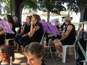 Les musiciens regardent, ou se parlent sans bpuger de sa place