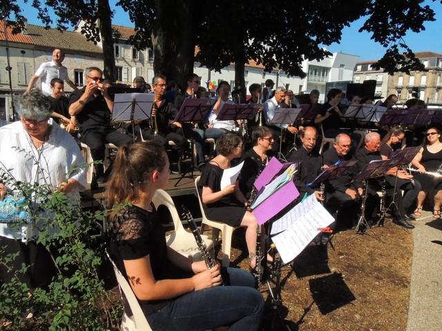 Mes partitions bien épinglées! la clarinette devant ma chaise, entre Cécile à droite et Véronique à ma gauche suivi des autres 1ère  clarinettes et des flûtes tout au fond, tous devant l'estrade pour les musiciens