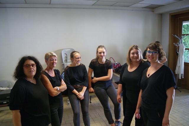 De g.à d. Nathalie, Véronique, Jeanne et sa sœur Cécile, Aurore et sa sœur Véronique