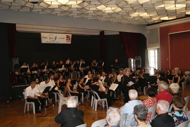 L'ensemble orchestral d'Auch que la Présidente Viviane Laffargue présente