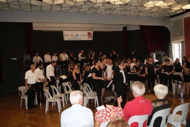 L'orchestre Occitain salue son public, son Chef Claude Lourties désigne en particulier la 1ère flûte