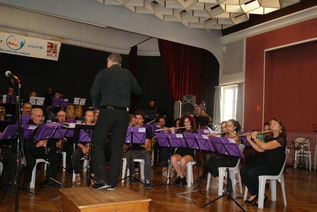 """L'ensemble """"Agen Orchestra"""" dirigé par Laurent Nini avec les flûtes à droite puis les sax et Alain à la contrebasse à cordes derrière"""