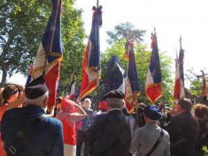 """Le Maire Jean Dionis enlève le voile tricolore pour symboliser l'installation officielle de cette nouvelle """"Marseillaise"""""""