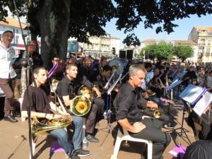 Après l'interention musicale Chant et orchestre, les musiciens suivent le déroulement de la cérémonie