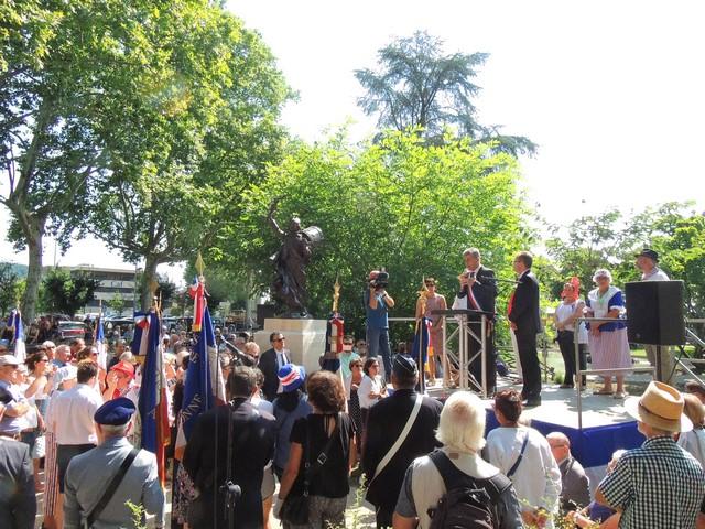 Le Maire, M. Jean Dionis du Séjour prend ensuite la parole pour annoncer la suite de cette cérémonie avec en premier M le maire de Dinslaken