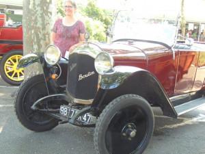 Cette personne a voulu être photographié à côté de cette voiture, une Dedion Bouton