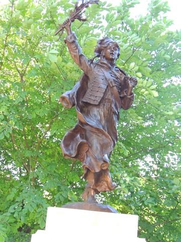 """La statue """"La Marseillaise"""" éclairée par un soleil allant vers le couchant, permettant de voir l'œuvre plus en détails"""