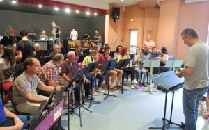 Les musiciens au premier rang avec les flûtes et les clarinettes (tous ne sont pas encore là)
