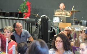 Didier se cache derrière son volumineux étui de Saxo contrebasse Au fond c'est Jean Baptiste à la batterie