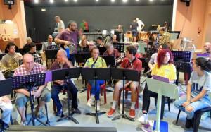 Une bonne parties des musiciens sont en place à part Fred, debout en plein milieu !