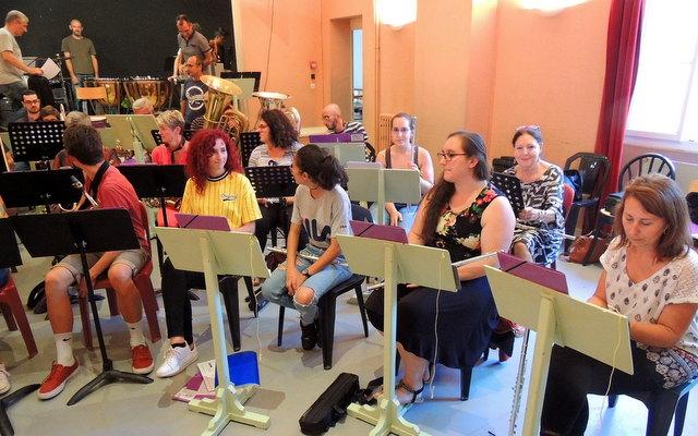 Les deux rangées de flûtes sont très contentes d'être en place ! Au fond sur la scène Laurent, Jean-Michel et Jean-Baptiste qui les regardent discuter