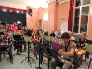 A droite du Chef les flûtes, derrière les sax Alto suivi du baryton et des sax ténor