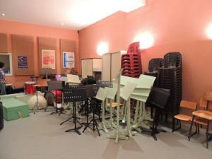 Le local où sont entreposé le matériel a déménager dans la salle de répétitions attenante